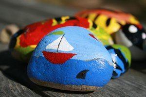 kivien maalaus akryyliväreillä